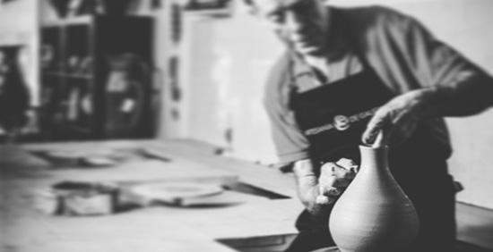 Aparicio realizando una pieza de alfarería en su taller.